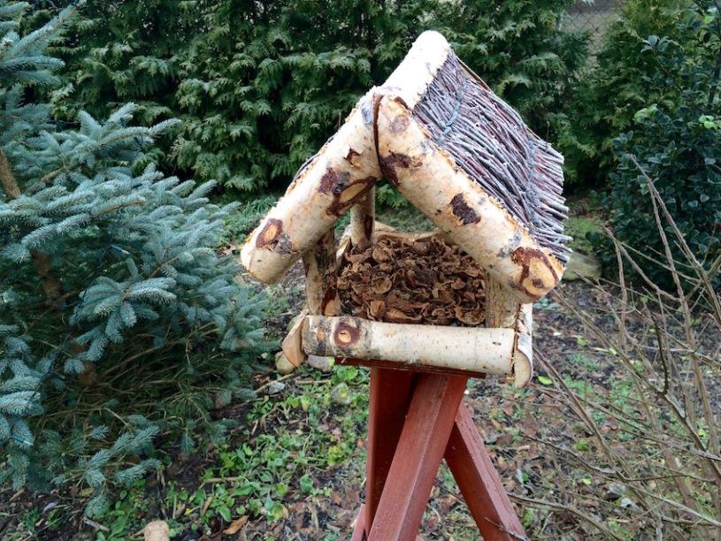 Vogelhaus mit Nüssen