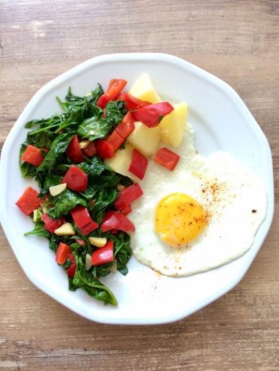 Erdbeerspinat mit Paprika und Ei